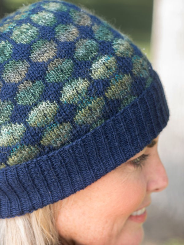Adult's knitted hat Dots. Free pattern to download pdf.