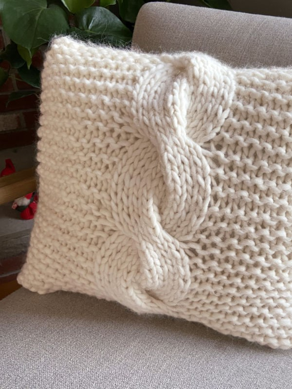 Simple and inviting pillow Macro. Knitting pattern.