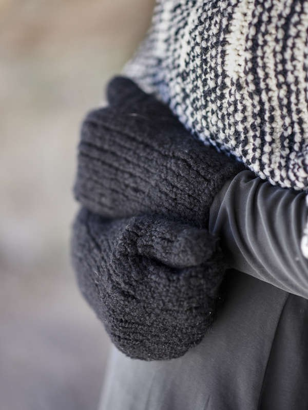 Elegant mittens Lillian Mittens. Free knitting pattern.