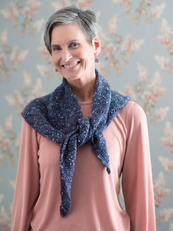 Simple triangle shawl Flueve. Free knitting pattern.