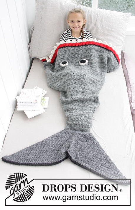 Blanket Shark Attack. Free crochet pattern for beginners (stripes colorwork).
