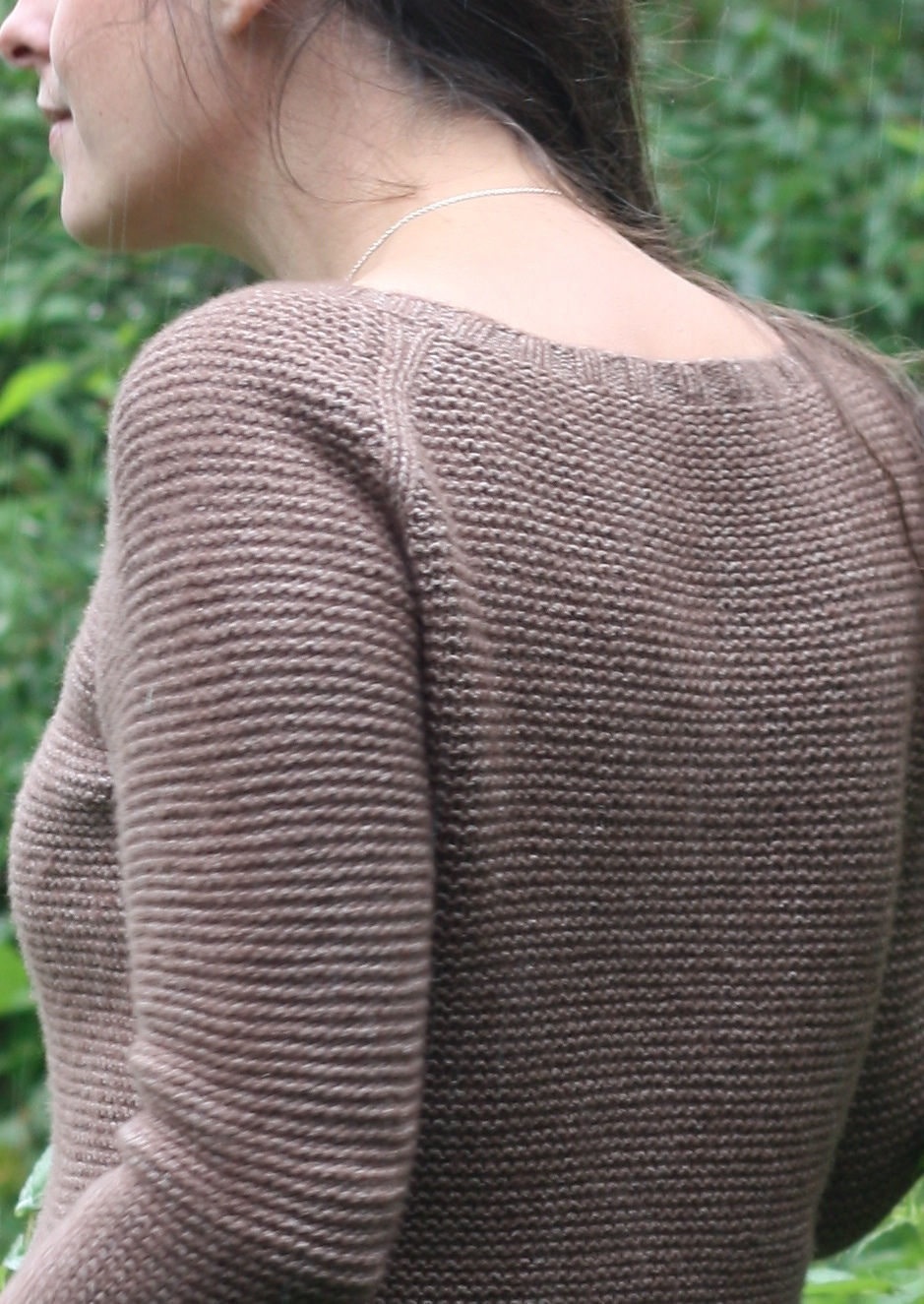 Easy women's raglan pullover Sweetpea. Free knitting pattern.