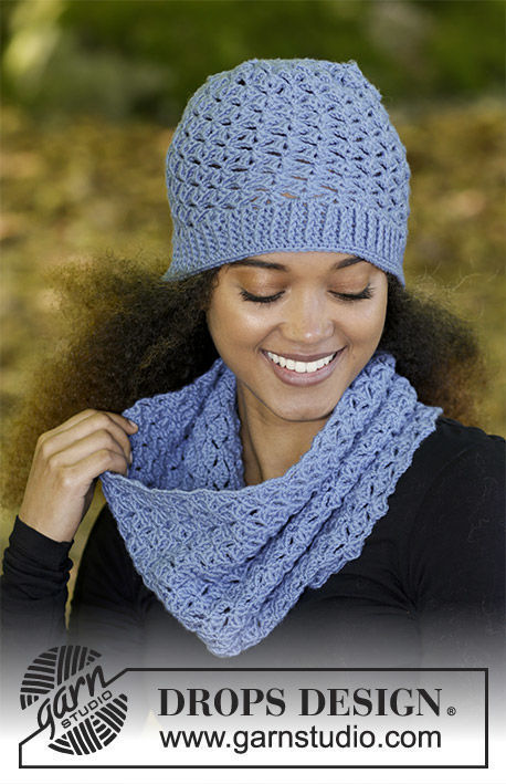 Girls (teen) and women's crochet cowl Smiles of Indigo. Free pattern.