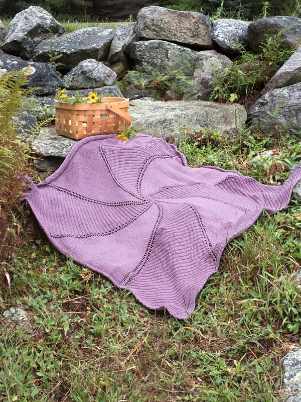 Knitted baby blanket Damariscove. Free pattern (shapes: square).