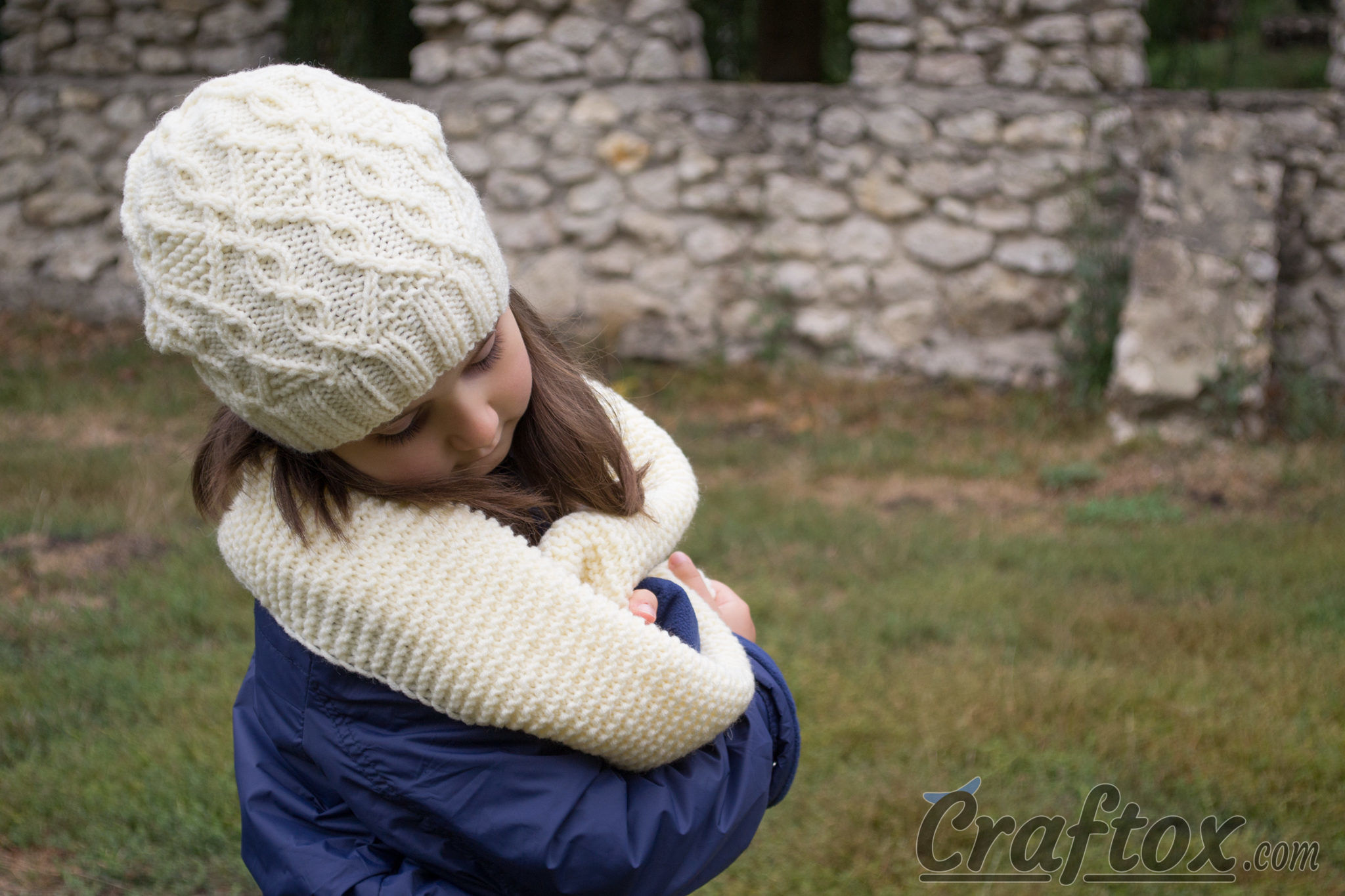 Slouchy beanie and scarf set. Free knitting pattern.