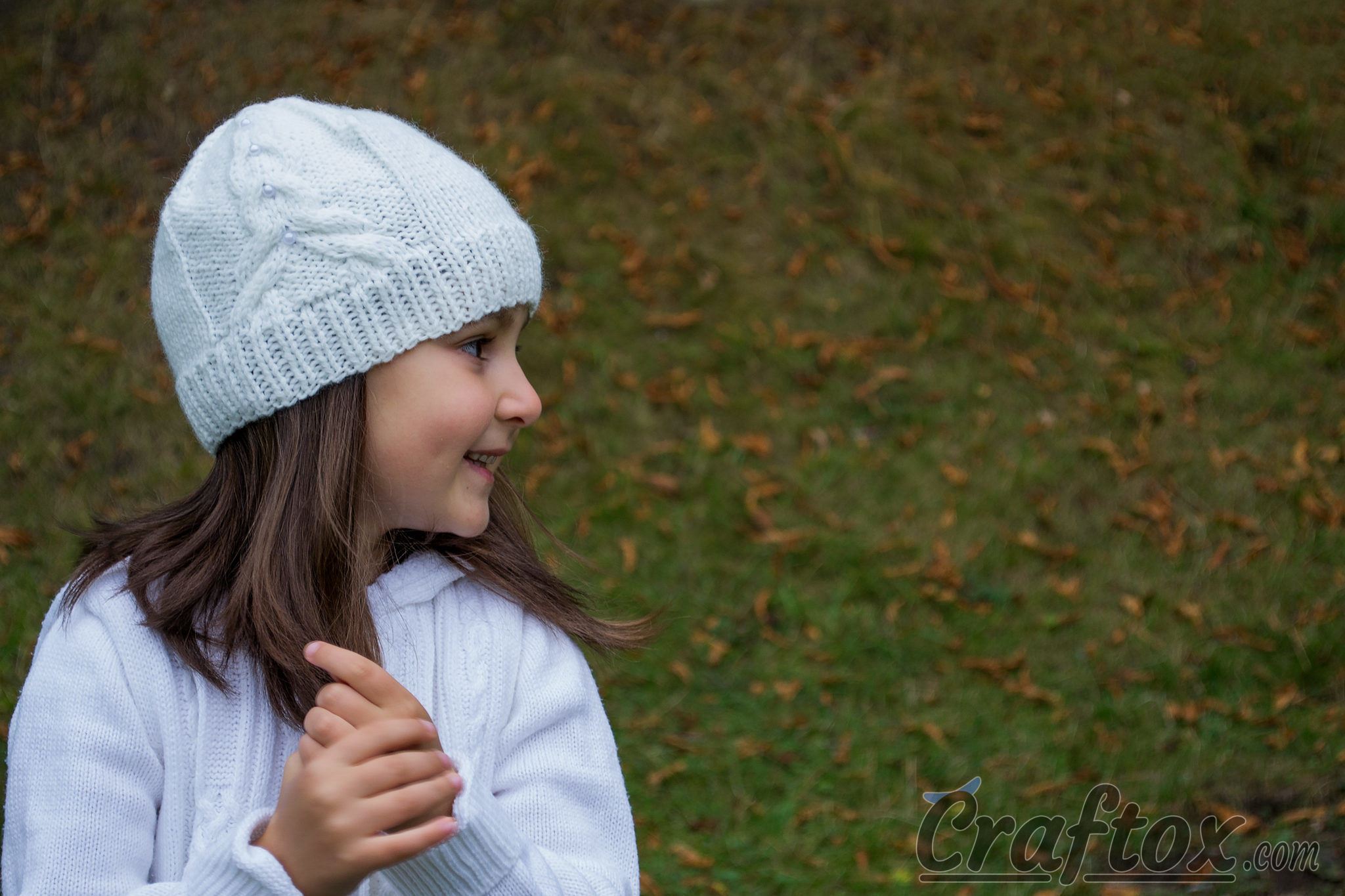 White beanie with tower. Knitting pattern.