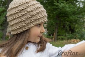 Easy beanie knitting pattern. Free. Right view.