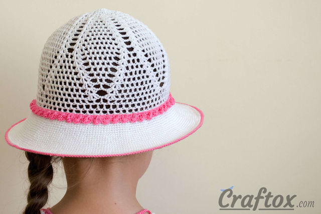 Crochet white hat for 4-5-year-old girl. Free pattern.